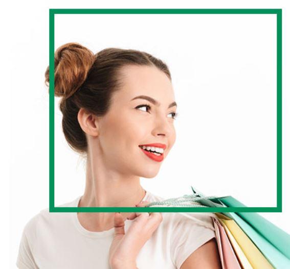 Uśmiechnięta kobieta trzymająca zakupy